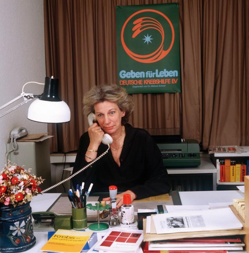 Mildred Scheel im Buero der Deutschen Krebshilfe in Koeln